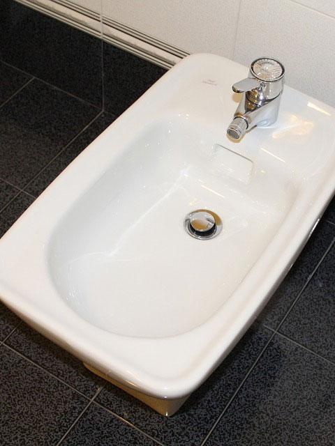 warum bezeichnen vorzugsweise ltere leute auch heute noch ein bidet als fu waschbecken bidet. Black Bedroom Furniture Sets. Home Design Ideas